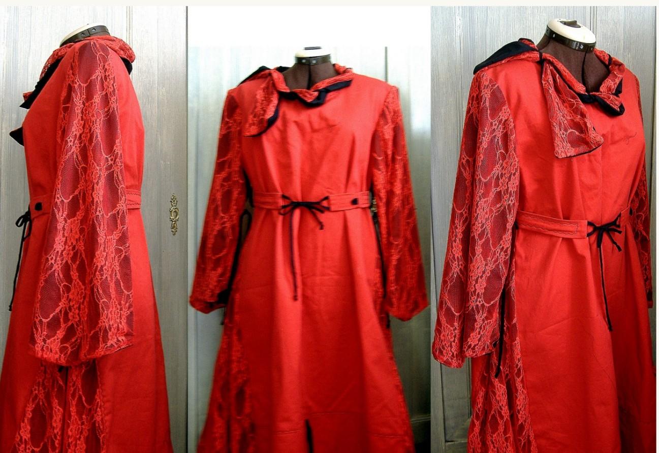 Robe médiévale rouge avec dentelle.