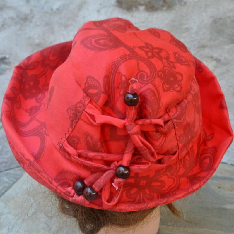 Chapeau en coton rouge